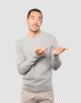 躊躇している青年が指であなたを指さしている