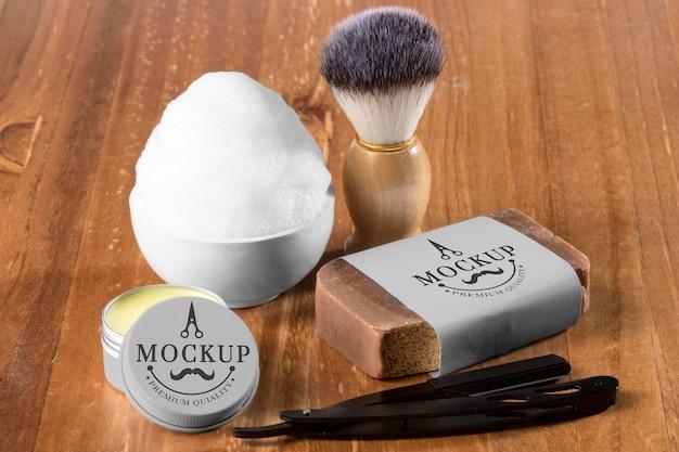 Alto angolo di articoli da barbiere con schiuma e sapone