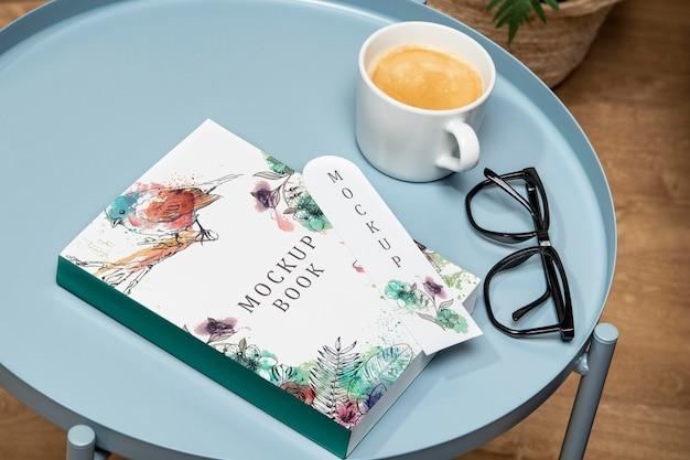 コーヒーテーブルの上の高角度の本のモックアップ
