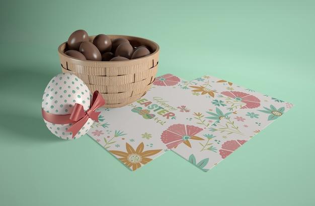 작은 초콜릿 달걀과 높은 각도 그릇