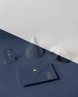 Alto angolo di invito di carnevale in busta con cono e maschera
