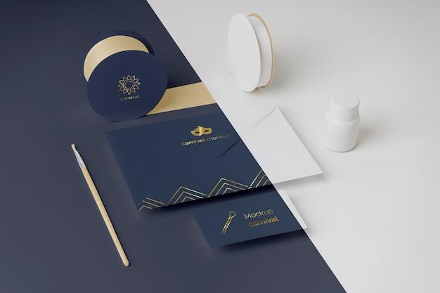 Alto angolo di invito di carnevale in busta con nastro adesivo e pennello