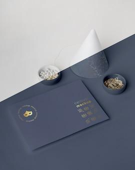 Alto angolo di invito di carnevale con cono e perline