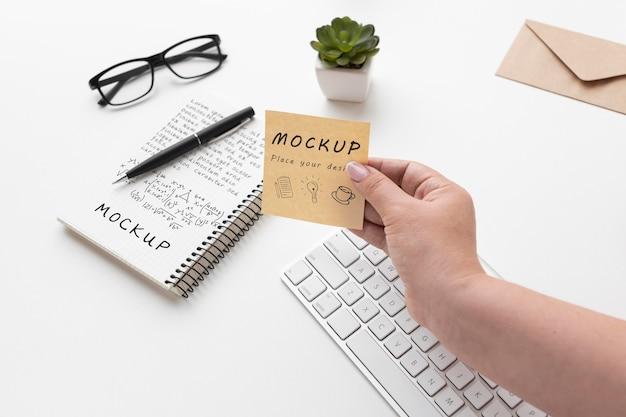 Mock-up del concetto di scrivania ad alto angolo