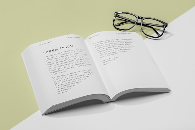 Очки под высоким углом и макет открытой книги