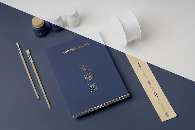 Alto angolo di invito di carnevale minimalista con assortimento di articoli fai da te