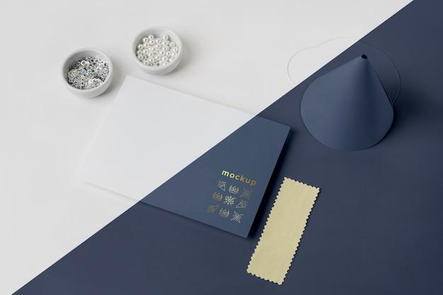 Alto angolo di invito di carnevale minimalista con perline e cono