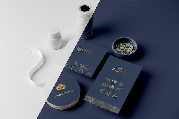 Alto angolo di invito di carnevale minimalista con perline, filo e nastro adesivo