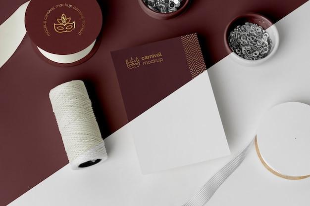 Alto angolo di invito di carnevale minimalista con perline e filo