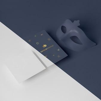 Alto angolo di invito di carnevale minimalista con maschera