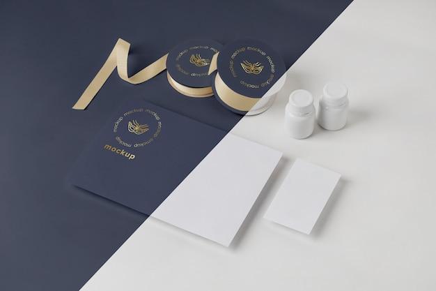 Alto angolo di invito di carnevale minimalista con rotoli di nastro adesivo