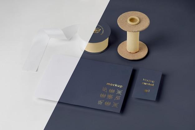 Alto angolo di invito di carnevale minimalista con nastro adesivo e filo