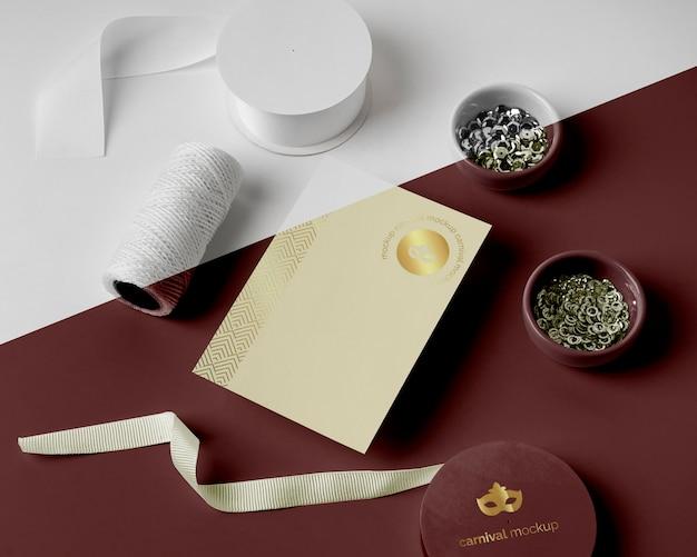 Alto angolo di invito di carnevale minimalista con filo e perline