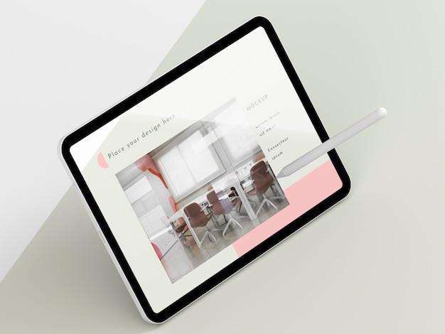画面のモックアップを備えたハイアングルのモダンなタブレット