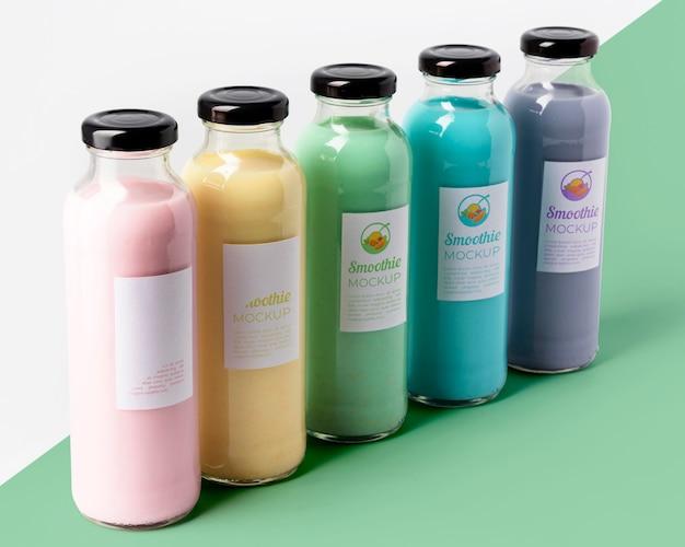 Большой угол ассортимента стеклянных бутылок для сока
