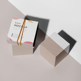 Визитные карточки с высоким углом наклона и макет тисненого шрифта брайля