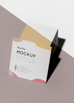 Визитные карточки с высоким углом наклона и рельефным шрифтом брайля