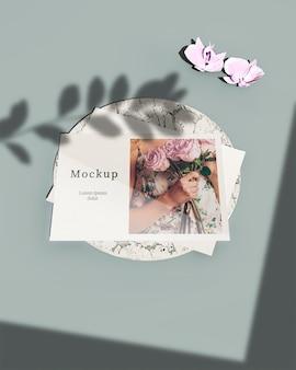 꽃과 나뭇잎 그림자와 함께 카드의 높은 각도