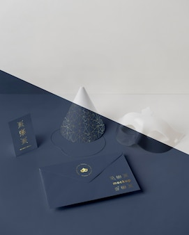 Высокий угол карнавального приглашения в конверте с конусом и маской Бесплатные Psd