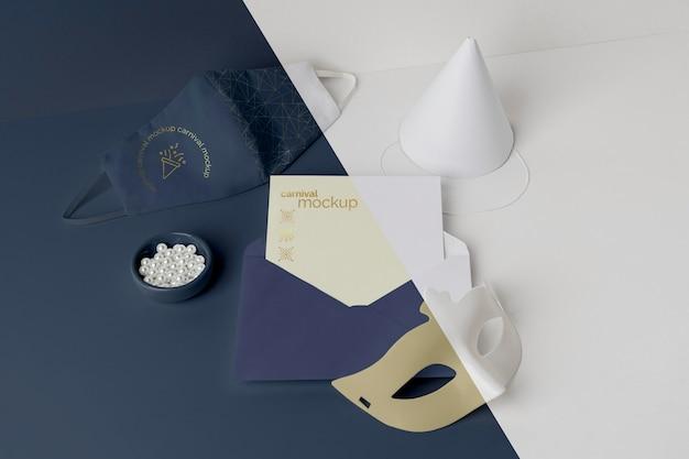 封筒とマスクでカーニバルの招待状の高角度