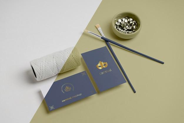 ペイントブラシと糸でカーニバルの招待状の高角度