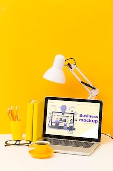 Высокий угол стола с ноутбуком и кофе