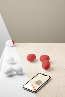 스마트 폰 및 복사 공간이있는 계란 모형의 높은 각도