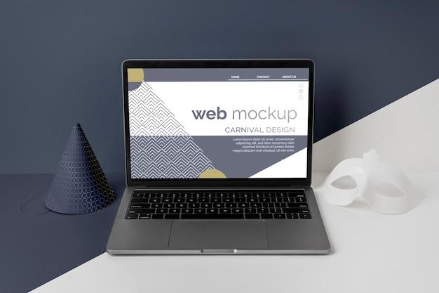 Высокий угол минималистичного карнавального макета с конусом и ноутбуком