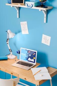 ノートパソコンとランプを備えたスクールデスクの高角度