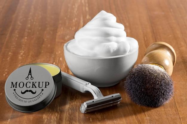 Пена для бритья и щетка с бритвой под большим углом