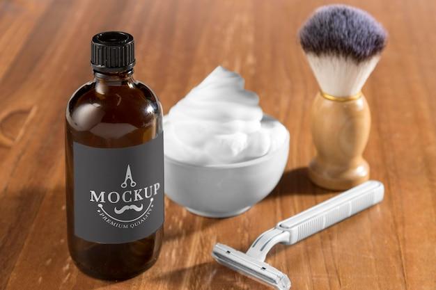 Пена для бритья и бритва с щеткой под большим углом