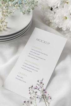 Высокий угол расположения стола с блюдами и макетом весеннего меню