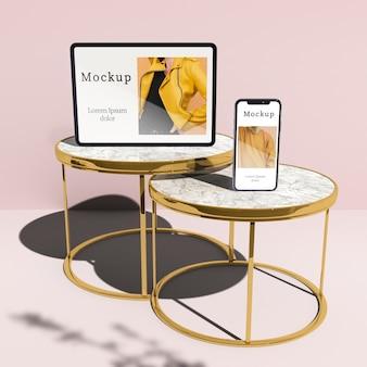 タブレットとスマートフォンの影付きのテーブルの上の高角