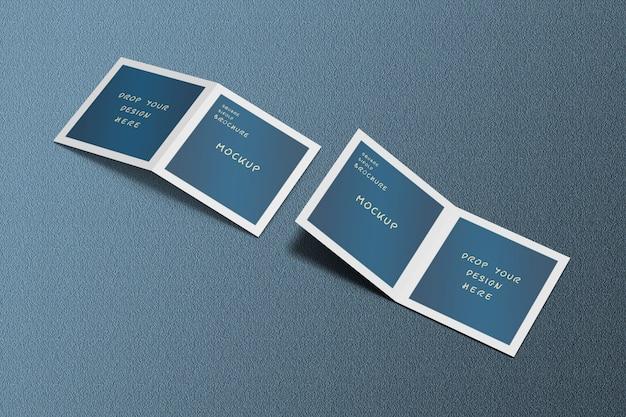 開いてカバーする正方形のパンフレットのモックアップに高角度