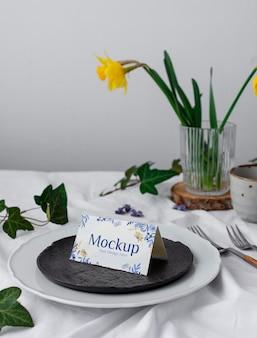 Piatti ad alto angolo e fiore sul tavolo