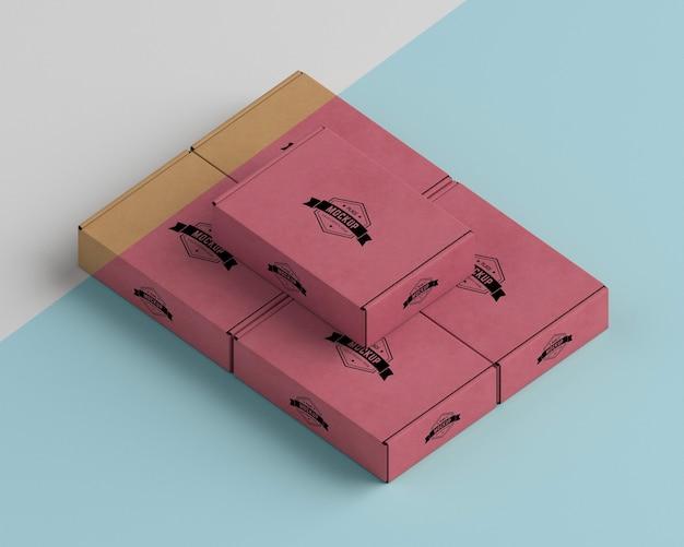 Ассортимент красных коробок под высоким углом