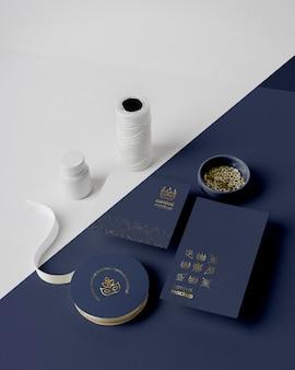 Alto angolo di invito carnevale semplicistico con perline, filo e nastro adesivo