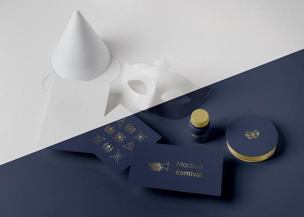 Alto angolo di invito carnevale semplicistico con cono e maschera
