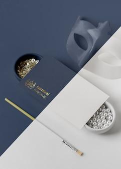 Alto angolo di invito carnevale semplicistico con maschera e assortimento di perline