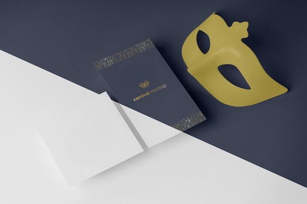 Alto angolo di invito carnevale semplicistico con maschera