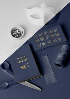 Alto angolo di invito carnevale semplicistico con forbici e perline