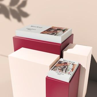Alto angolo di carte impilate su blocchi