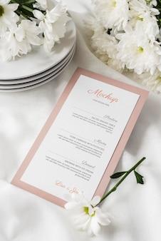Alto angolo di disposizione dei tavoli con piatti e mock-up del menu primaverile