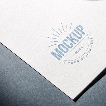 Alto angolo di carta ruvida per mock-up aziendali