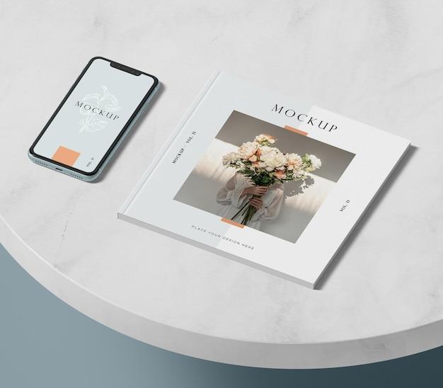 Высокий вид телефона и редакционный макет журнала