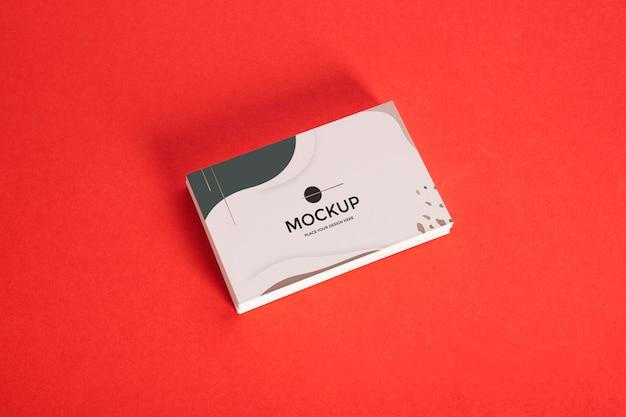 빨간색 배경에 비즈니스 카드의 높은보기 더미