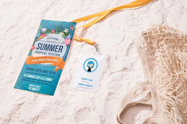High view летний тропический фестиваль и пляжная сумка