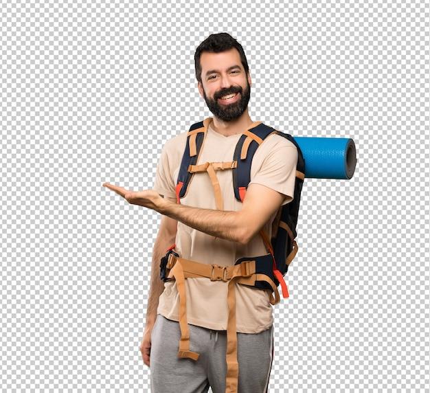 Человек hiker представляя идею пока смотрящ усмехающся к