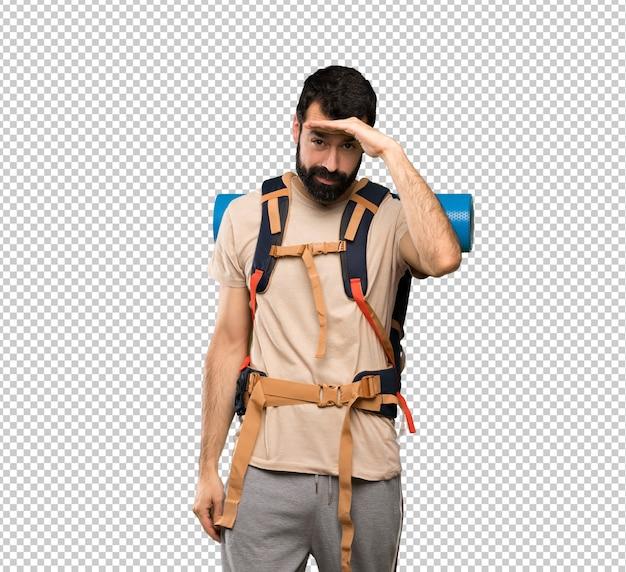 Hiker человек смотрит далеко с рукой, чтобы посмотреть что-то