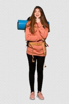 Hiker девушка смотрит в сторону с рукой на подбородке